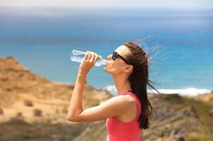 fit kvinna dricksvatten foto