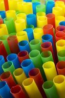 färgglada dricka sugrör (porträtt) foto