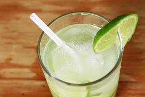 kall drink av citron foto