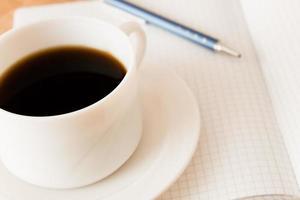 dricker kaffe på jobbet foto