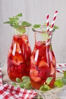 sommardrink med jordgubbar foto