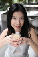 attrativ kvinna som dricker kaffe foto
