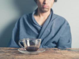 trött man dricker kaffe foto