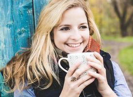 höst kvinna dricka kaffe. foto