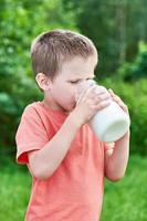 pojke dricker färsk mjölk foto