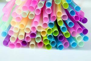 flerfärgade plast drickstrån foto