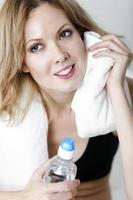 kvinna dricksvatten efter träning foto