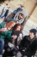 vänner som dricker varm dryck utomhus foto
