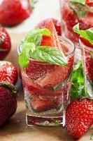 uppfriskande jordgubbsdrink med mynta foto