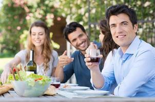 man dricker ett glas vin foto