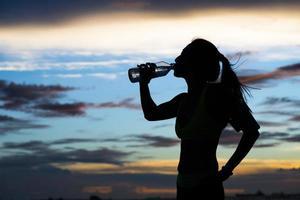 löparen dricker vatten efter träningen foto