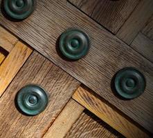 i london antik brun dörr rostig mässing spik och ljus foto