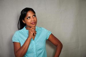 karismatisk tjej som planerar medan du tittar bort foto