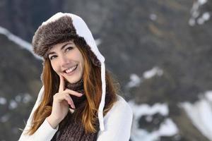 kvinna klädd varmt tänkande på vintern foto