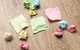 skrynkliga pappersdukar med blankt papper foto
