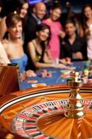 grupp ungdomar som spelar roulette foto