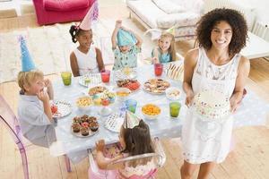 små barn på födelsedagsfest foto