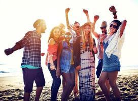 olika strand sommarvänner roliga bonding koncept foto