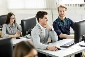 elever i klassrummet foto