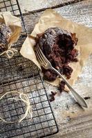 äter nybakade muffins med nötter foto