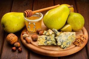blå ost med päron foto