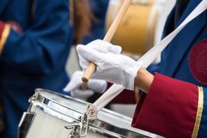 studenter som spelar trummor under en parad i nicosia cyprus foto