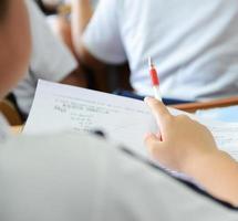 studerar i klassrummet foto