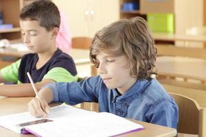 barn sitter i klassrummet foto