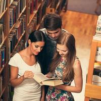 grupp studenter i biblioteket läser böcker studiegrupp foto