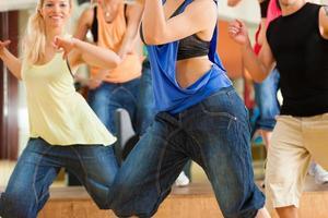 midje skott av en grupp ungdomar som dansar i en studio foto