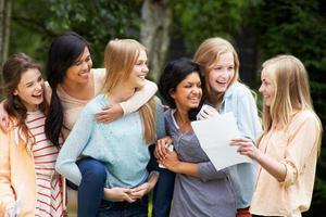 sex tonårsflickor firar framgångsrika examensresultat foto