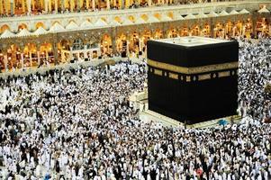 kaaba i mekka, muslimska människor som ber tillsammans på helig plats foto