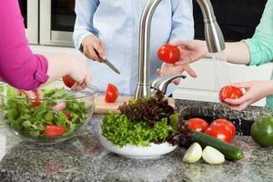 grupp kvinnor som förbereder mat i köket foto