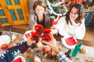 familj som rostar till julmiddagen hemma