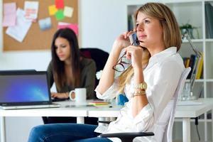 två affärskvinna som arbetar på sitt kontor. foto