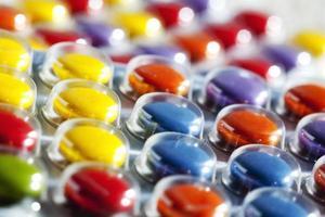 färgglada tabletter i blisterförpackning foto