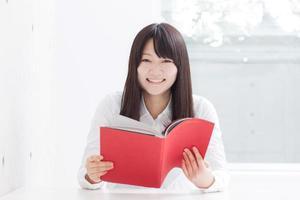 ung flicka som läser en bok foto
