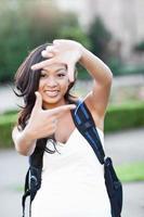 asiatisk högskolestudent som gör en ram foto