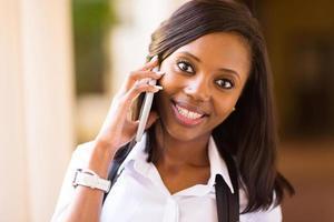 afro amerikansk college flicka pratar i mobiltelefon foto
