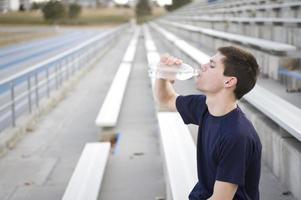 dricker vatten foto