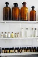 små kemiska glasflaskor och apoteksprodukter foto