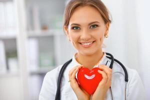 kvinna läkare stående sjukhus foto