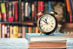 böcker och väckarklocka foto