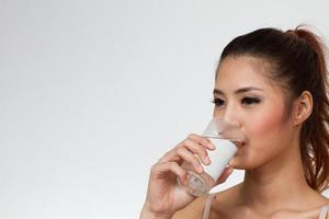 kvinna dricksvatten foto