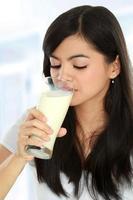 kvinna som dricker mjölk foto