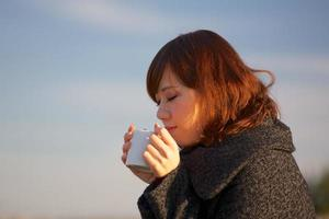 dricker varmt kaffe foto