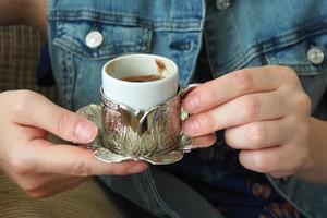 dam som dricker turkiskt kaffe