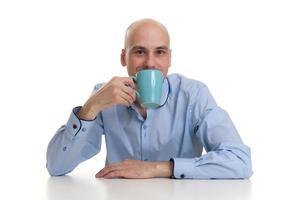 ung man dricker kaffe foto