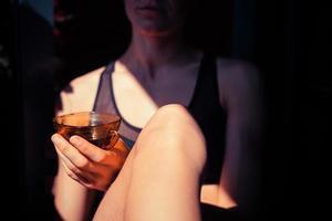 kvinna som dricker kaffe utanför foto