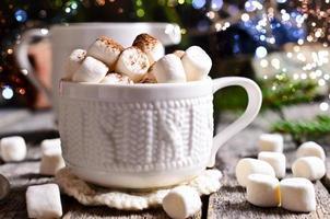 varm dryck med marshmallows foto